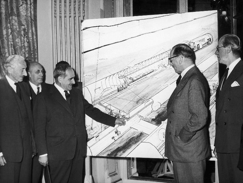Βρετανοί και Γάλλοι αξιωματούχοι συζητούν στο Παρίσι το 1961 σχέδια για την κατασκευή σήραγγας που θα ενώνει τις δύο χώρες.