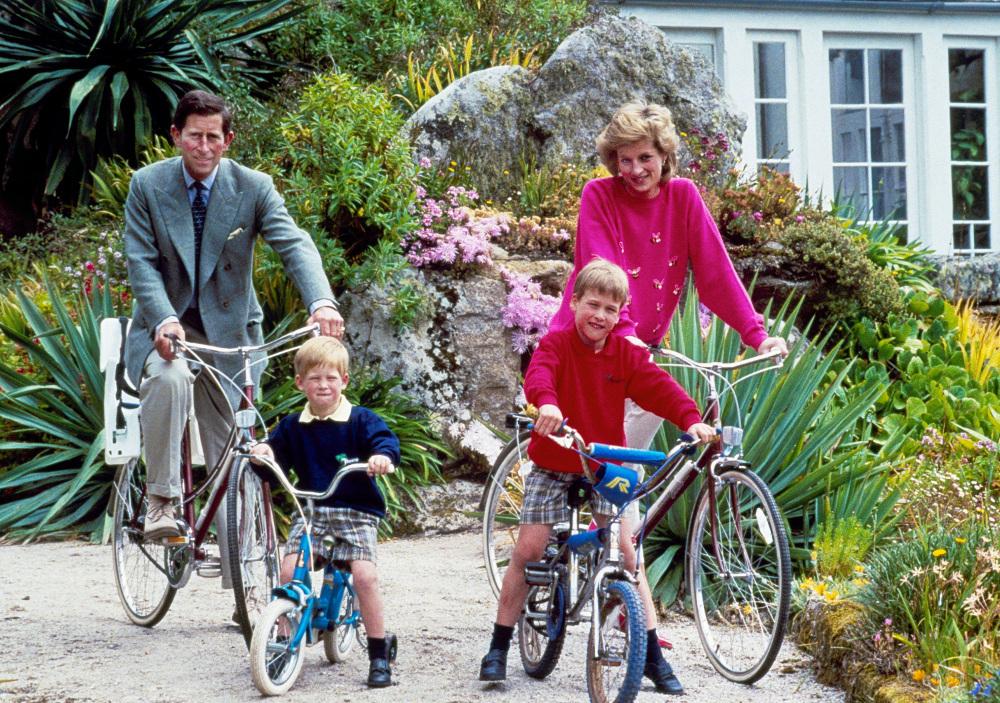 Ο πρίγκιπας Κάρολος με την πριγκίπισσα Νταϊάνα κάνουν ποδήλατο με τα παιδιά τους πρίγκιπα Γουίλιαμ και πρίγκιπα Χάρι