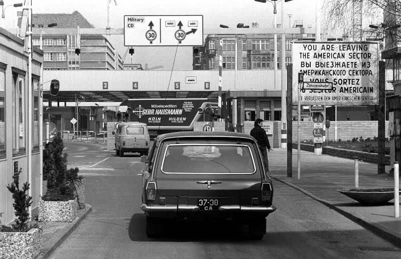 Έλεγχος διερχομένων οχημάτων στο Checkpoint Charlie το 1986.