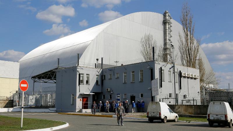 ο Τσέρνομπιλ περιβάλλεται σήμερα από μια κολοσσιαία ατσάλινη κατασκευή, που ίσως κινδυνεύσει αν καταρρεύσει η τσιμεντένια σαρκοφάγος στο εσωτερικό της.