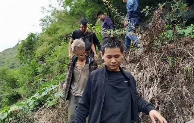 Αστυνομικοί συνοδεύουν τον 63χρονο Κινέζο φυγά στο περιπολικό για τη μεταφορά του πίσω στη φυλακή.