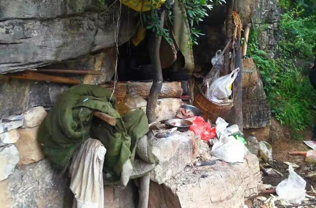 Αυτή την εικόνα αντίκρισαν οι Κινέζοι αστυνομικοί όταν έφθασαν στο κρησφύγετο του φυγά.