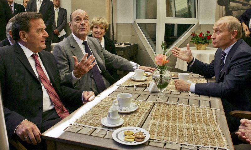 Ζακ Σιράκ (στο κέντρο), Γκέρχαρντ Σρέντερ (αριστερά) και Βλαντίμιρ Πούτιν στο ρωσικό θύλακο του Καλίνινγκραντ στις 3 Ιουλίου του 2005.