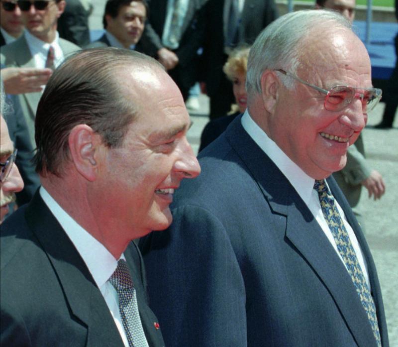 Ο Ζακ Σιράκ με τον τότε καγκελάριο της Γερμανίας Χέλμουτ Κολ σε σύνοδο κορυφής της ΕΕ τον Ιούνιο του 1995.