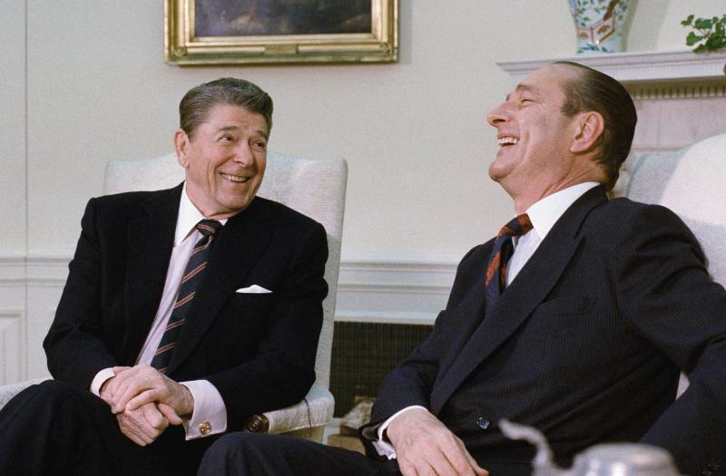 Ο Ρόναλντ Ρίγκαν με τον Ζακ Σιράκ στον Λευκό Οίκο το 1987.