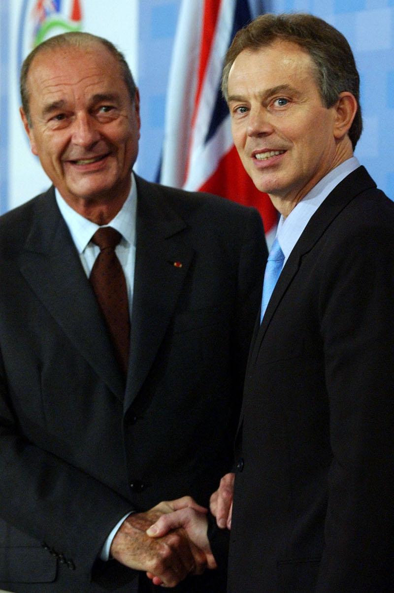 O Ζακ Σιράκ με τον τότε (2003) πρωθυπουργό της Βρετανίας, Τόνι Μπλερ, ένθερμο υποστηρικτή της εισβολής στο Ιράκ.