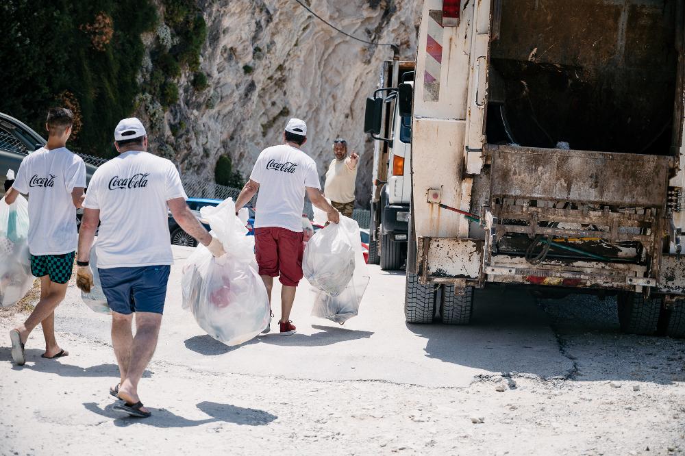 Πάνω από 300 κιλά υλικών και αντικειμένων συλλέχθηκαν από τον βυθό και την παραλία