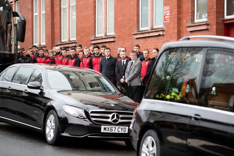 """Μέλη και παίκτες της αγαπημένης ομάδας """"Partick Thistle"""" του Κόλιν Γουέιρ, παρέστησαν τον περασμένο Δεκέμβριο στην κηδεία του μεγάλου ευεργέτη τους"""