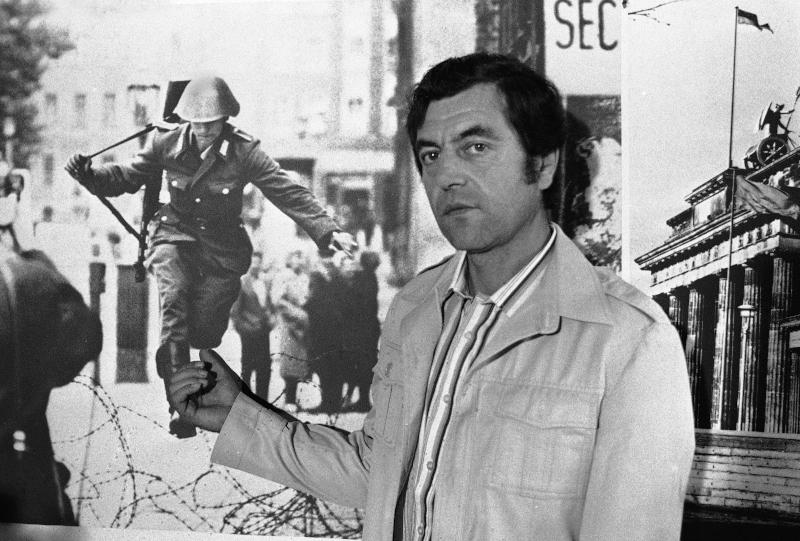 O Kόνραντ Σούμαν, πρώην στρατιώτης της Ανατολικής Γερμανίας, δείχνει τη φωτογραφία του από τις 15 Αυγούστου 1961, όταν έγινε ο πρώτος άνθρωπος που απέδρασε από το Τείχος του Βερολίνου.