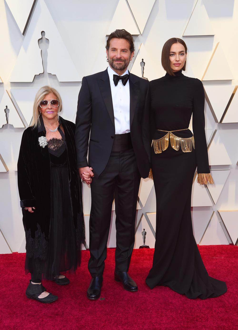 Ο Μπράντλεϊ Κούπερ με την Ιρίνα Σάικ και την μητέρα του Γκλόρια στα Οσκαρ 2019.