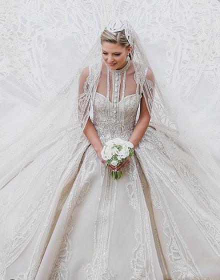 Η εντυπωσιακή νύφη με το νυφικό που σχεδίασε ο πεθερός της Elie Saab