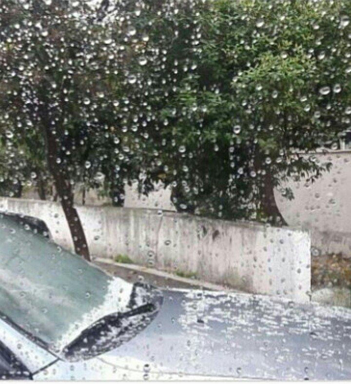 «Ευτυχώς χαλάζι και βροχή στο Πειραιά .. πολύ ήλιο είδαμε φτάνει», γράφει στο Twitter η Κωνσταντίνα Παπαζήση