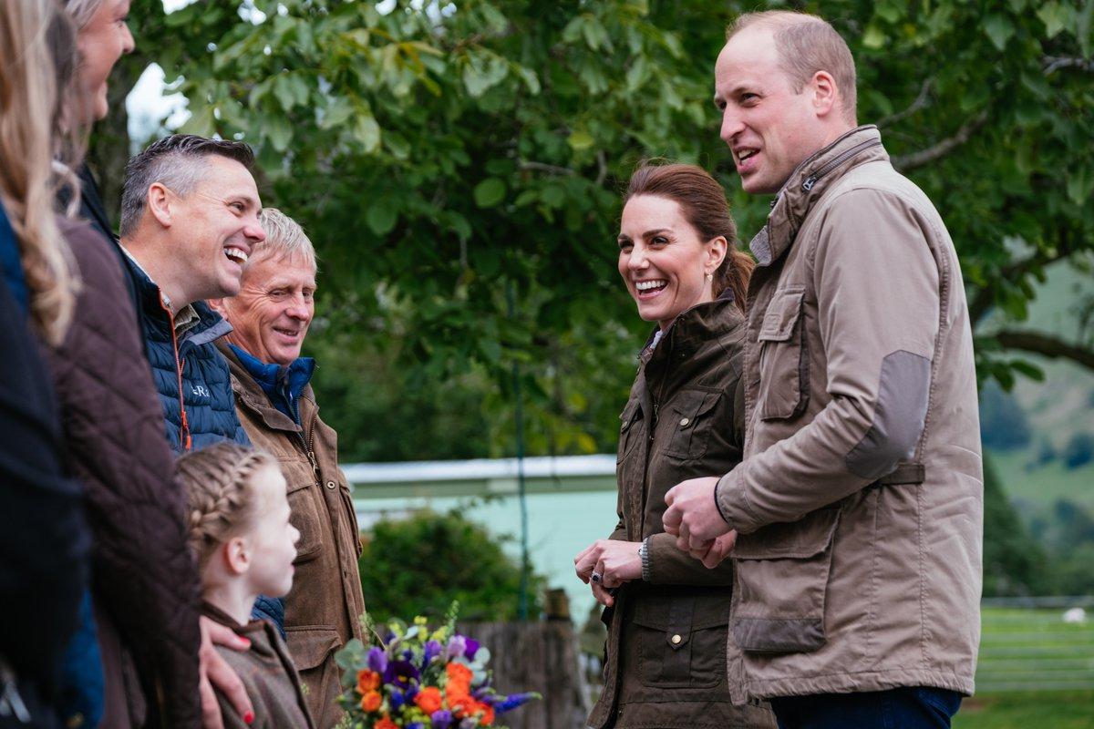 Κέιτ Μίντλετον και πρίγκιπας Γουίλιαμ μιλούν με οικογένεια που έχει φάρμα