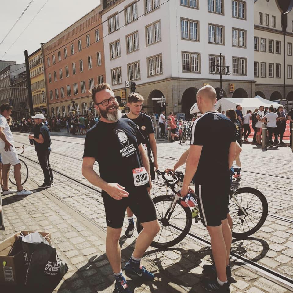 Ποδήλατα και άντρας με φόρμα