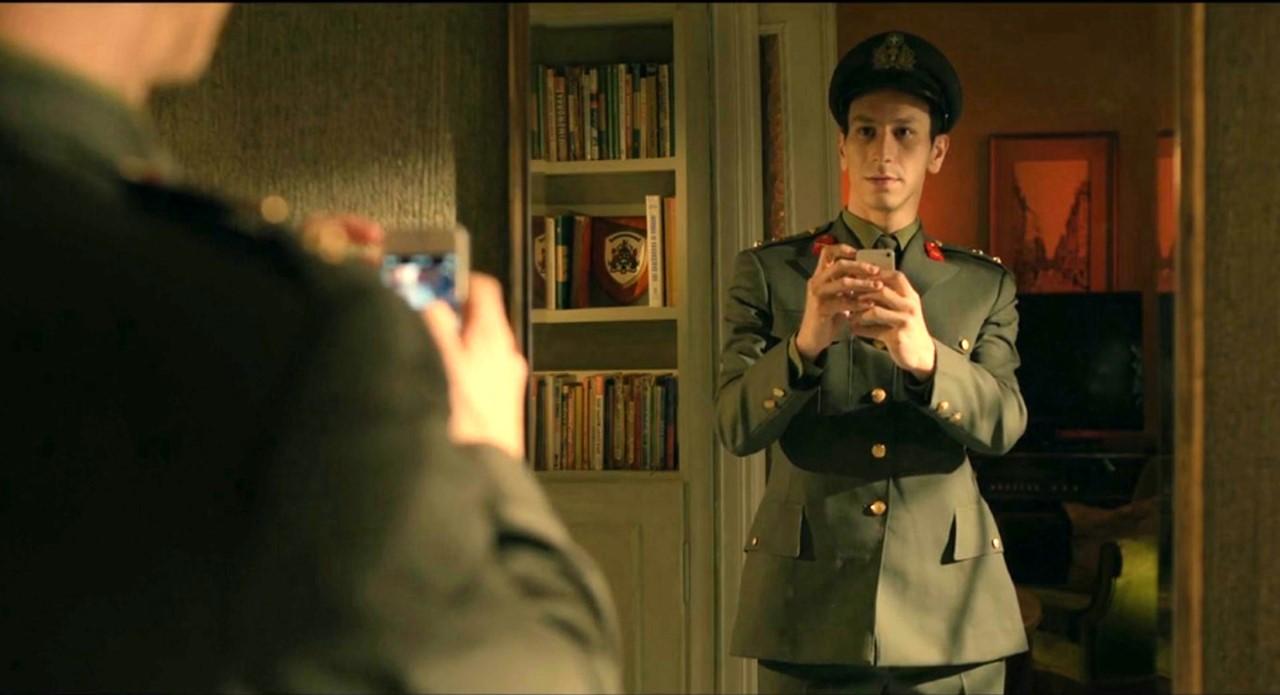 ταινία Απόστρατος, στρατιώτης με κινητό