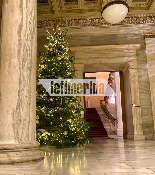 Ο κ. Τασουλας ζήτησε το κοινοβούλιο  να στολιστεί με το  κλασικό και αγαπημένο σε όλους χριστουγεννιάτικο δέντρο και μάλιστα όχι με ένα, αλλά με δύο.
