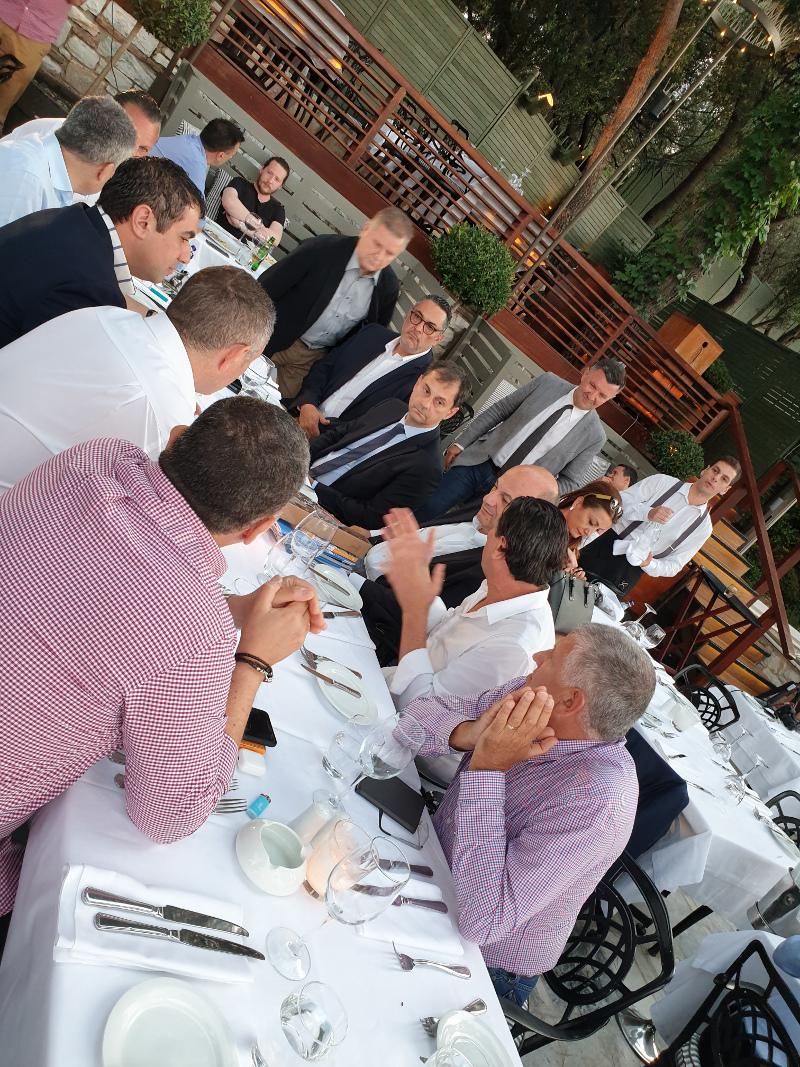 Ο Αυστραλός επενδυτής και οι συνεργάτες του συνομιλούν με τους υπουργούς.