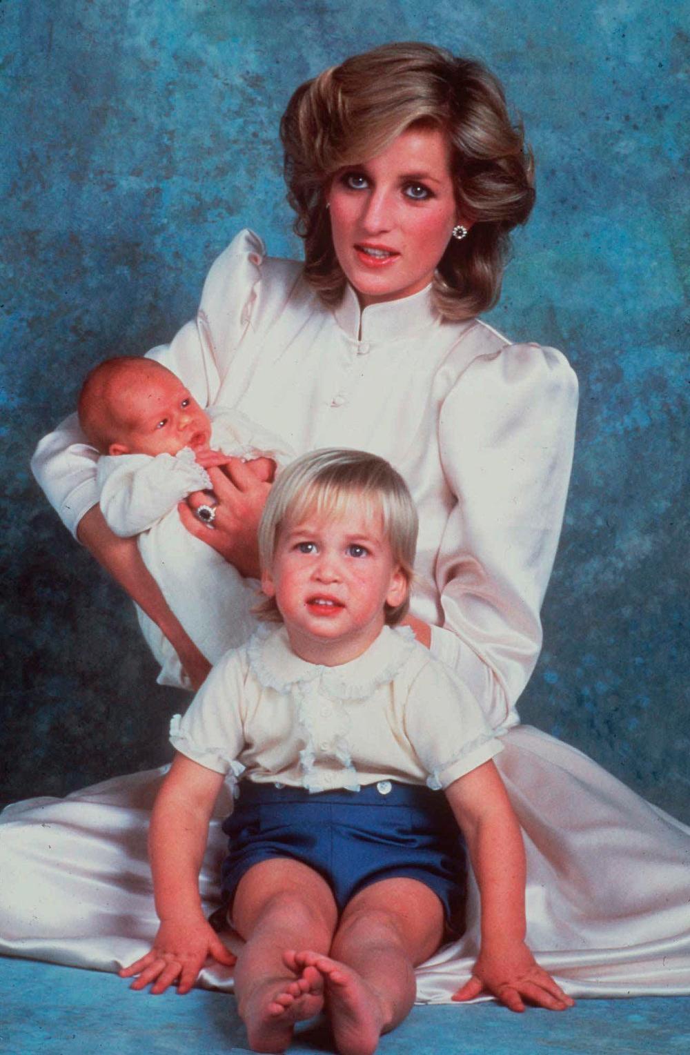 Η πριγκίπισσα Νταϊάνα με τον νεογέννητο Χάρι και τον πρίγκιπα Γουίλιαμ
