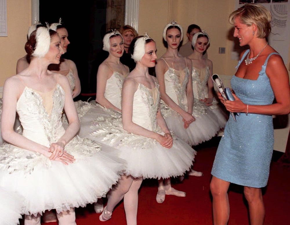 Η πριγκίπισσα Νταϊάνα συνομιλώντας με μπαλαρίνες