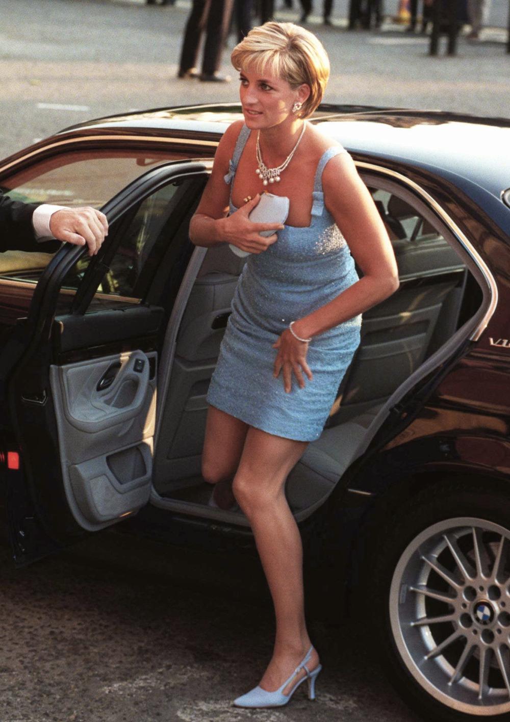 Η πριγκίπισσα Νταϊάνα βγαίνοντας από το αυτοκίνητο χρησιμοποιούσε πάντα την τσάντα της ως μέτρο προφύλαξης για το ντεκολτέ της