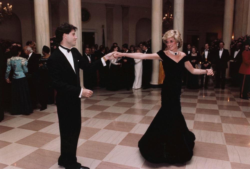 Το μαύρο βελούδινο φόρεμα της πριγκίπισσας Νταϊάνας με τον Τζον Τραβόλτα στον Λευκό Οίκο