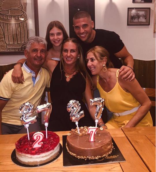 Η Κατερίνα Δαλάκα ποζάρει χαρούμενη με την οικογένειά της ανήμερα των γενεθλίων της