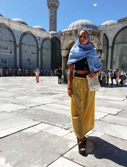 Η Κατερίνα Δαλάκα ποζάρει με μαντίλα έξω από το Μπλε Τζαμί στην Κωνσταντινούπολη
