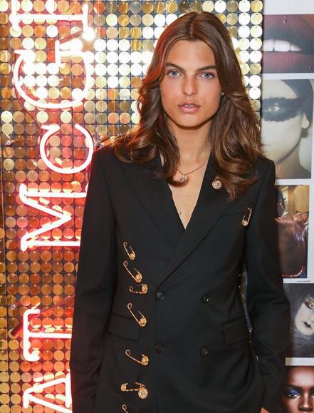 Ο Ντάμιαν Χάρλεϊ απέτισε φόρο τιμής για τα 25 χρόνια από την εμφάνιση της μητέρας της με το μαύρο φόρεμα Versace που την έκανε διάσημη