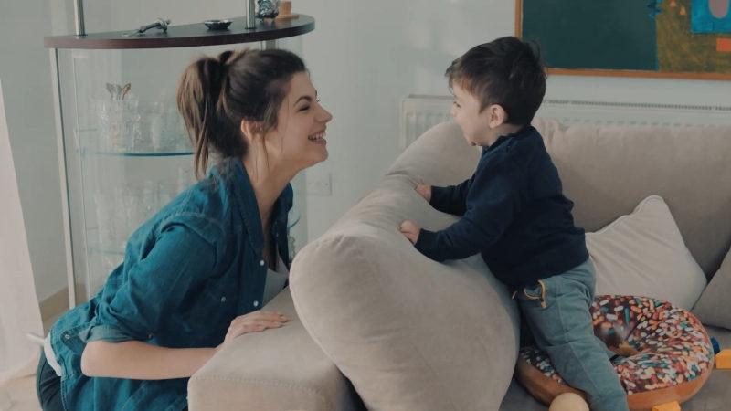 Η ηθοποιός Δανάη Παπά σε σκηνή από την σειρά του ΣΚΑΙ, «8 Λέξεις»