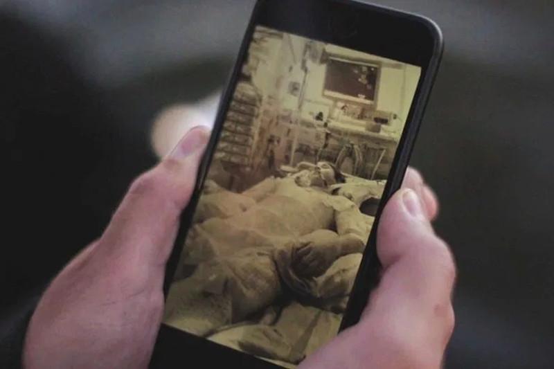 Ο Κάσπερ έδειξε στην κάμερα του BBC μια φωτογραφία του στην εντατική του νοσοκομείου της Κοπεγχάγης, όπου οι γιατροί κατάφεραν να τον επαναφέρουν στη ζωή .