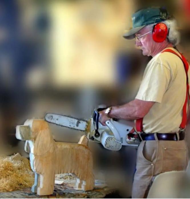 Ο ιδιοκτήτης του σκαλίζει ξύλινα σκυλάκια όποιας ράτσας θέλετε
