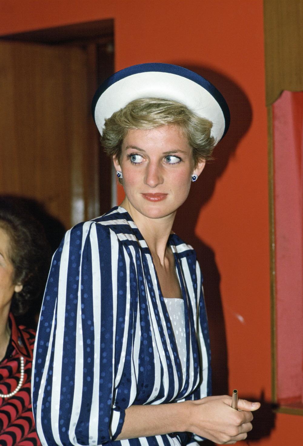 Η πριγκίπισσα Νταϊάνα με ριγέ μπλε με άσπρο σύνολο