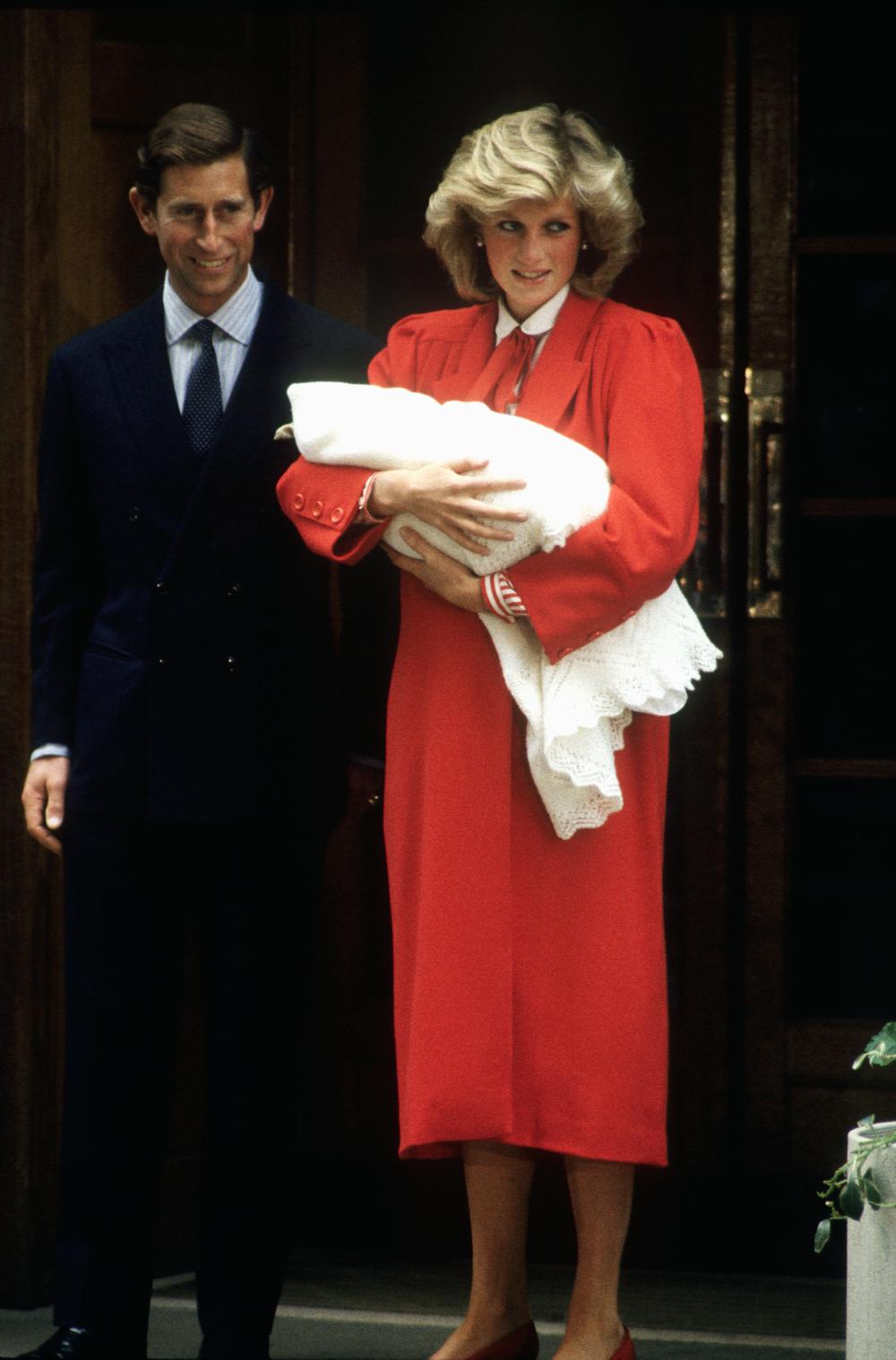 Η πριγκίπισσα Νταϊάνα με κατακόκκινο φόρεμα βγαίνοντας από το μαιευτήριο με τον Χάρι αγκαλιά