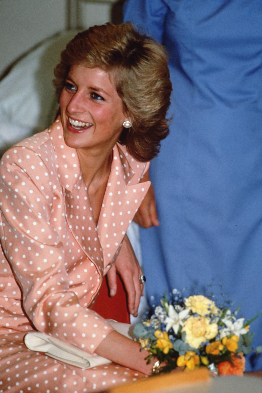 Η πριγκίπισσα Νταϊάνα με ροδακινί πουά σύνολο