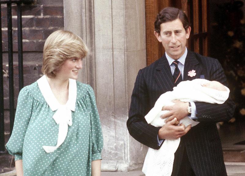 Η πριγκίπισσα Νταϊάνα με τον πρίγκιπα Κάρολο και τον νεογέννητο Γουίλιαμ