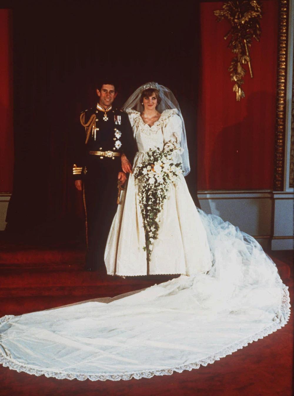 Η πριγκίπισσα Νταϊανα στο πλευρό του πρίγκιπα Καρόλου την ημέρα του γάμου τους