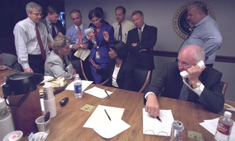Ο Ντικ Τσέινι με την Κοντολίζα Ράις κι άλλα επιτελικά στελέχη στο υπόγειο καταφύγιο του Λευκού Οίκου.