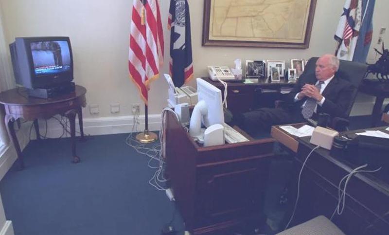 Ο αντιπρόεδρος των ΗΠΑ Ντικ Τσέινι παρακολουθεί τις ειδήσεις για τις επιθέσεις στο Παγκόσμιο Κέντρο Εμπορίου την 11η Σεπτεμβρίου 2001 προτού οδηγηθεί στο υπόγειο καταφύγιο του Λευκού Οίκου.