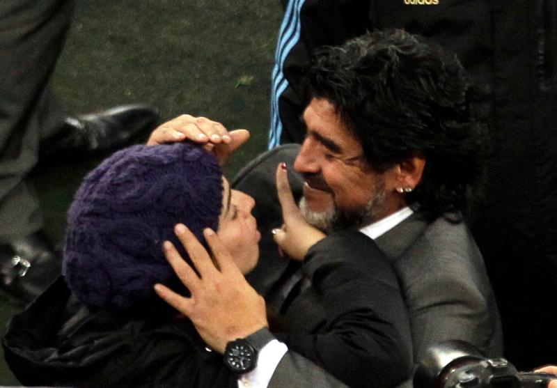 Ντιέγκο και Τζιανίννα Μαραντόνα σε αγκαλιά
