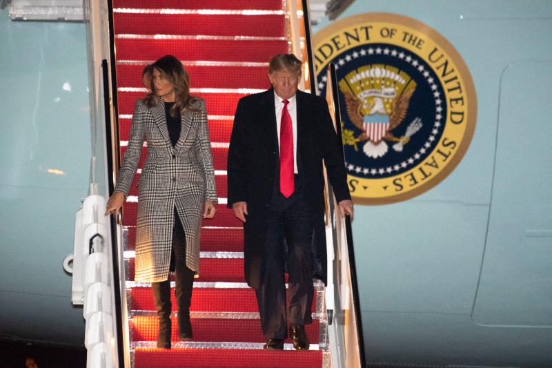 Συνοφρυωμένος ο Ντόναλντ Τραμπ κατά την επιστροφή του στην Ουάσιγκτον.
