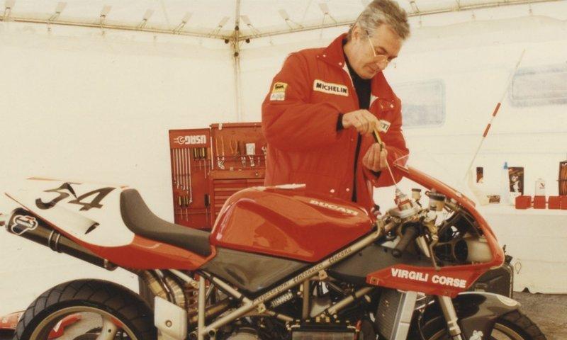 Ο Massimo Tamburini, σχεδίασε και εξέλιξε την 916, που ήταν μια πραγματική επανάσταση στον κόσμο της μοτοσυκλέτας