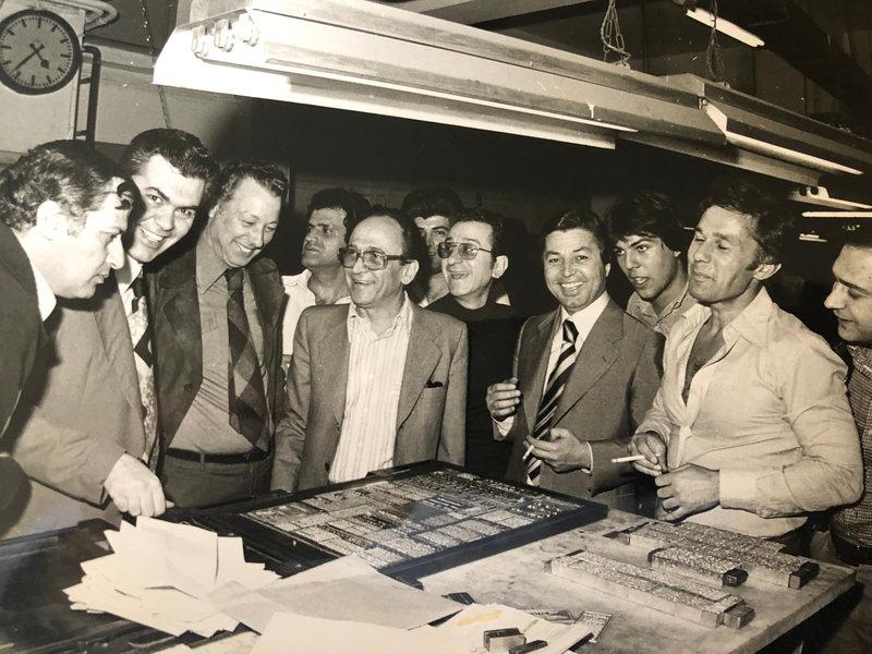 Ο Χρήστος Σιαμαντάς (τέταρτος από δεξιά), ο Λυκούργος Κομίνης (δεύτερος από δεξιά) ο Κίτσος Τεγόπουλος και στελέχη της Ελευθεροτυπίας.