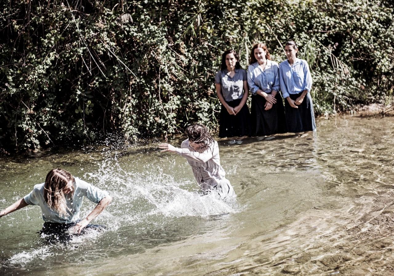 γυναικες σε ποτάμι