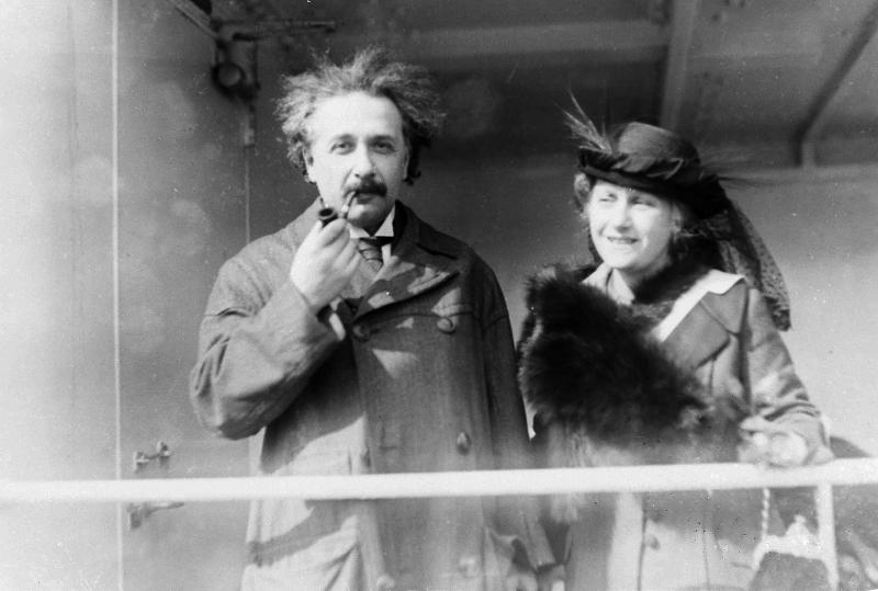 Ο Άλμπερτ Αϊνστάιν με τη δεύτερη σύζυγό του, Έλσα το 1921, δύο χρόνια μετά τον γάμο τους.