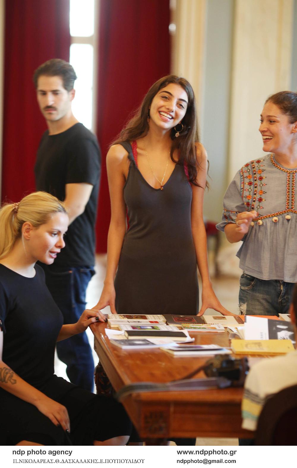 Η Ειρήνη Καζαριάν στις πρόβες της θεατρικής παράστασης που θα συμμετάσχει