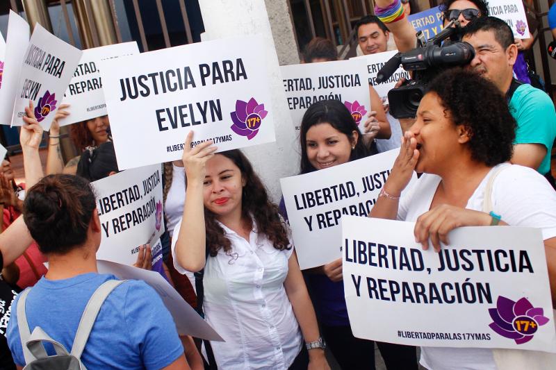 Διαδήλωση έξω από το δικαστήριο του Ελ Σαλβαδόρ όπου δικάζεται η Έβελιν Ερνάντες.