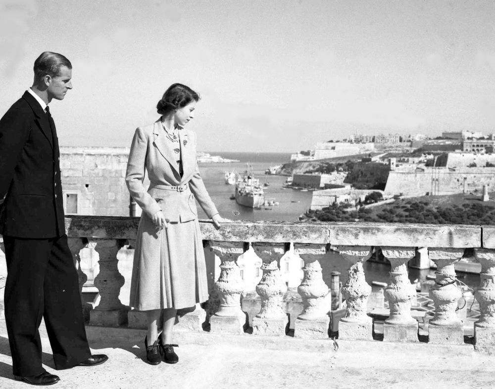 Η βασίλισσα Ελισάβετ με τον πρίγκιπα Φίλιππο στην κατοικία τους στην Μάλτα