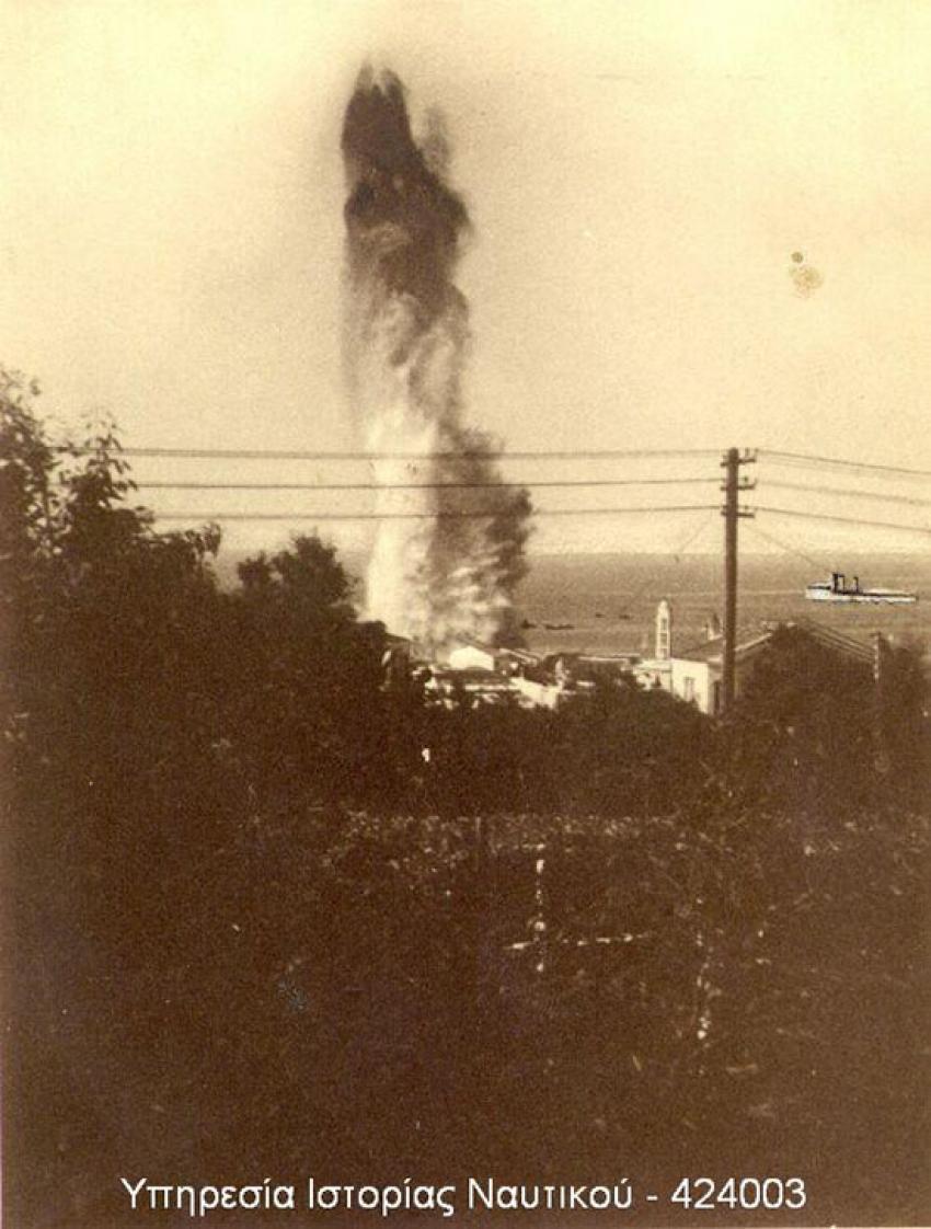 Η στιγμή της έκρηξης μιας εκ των τορπιλών στην προβλήτα του λιμανιού της Τήνου
