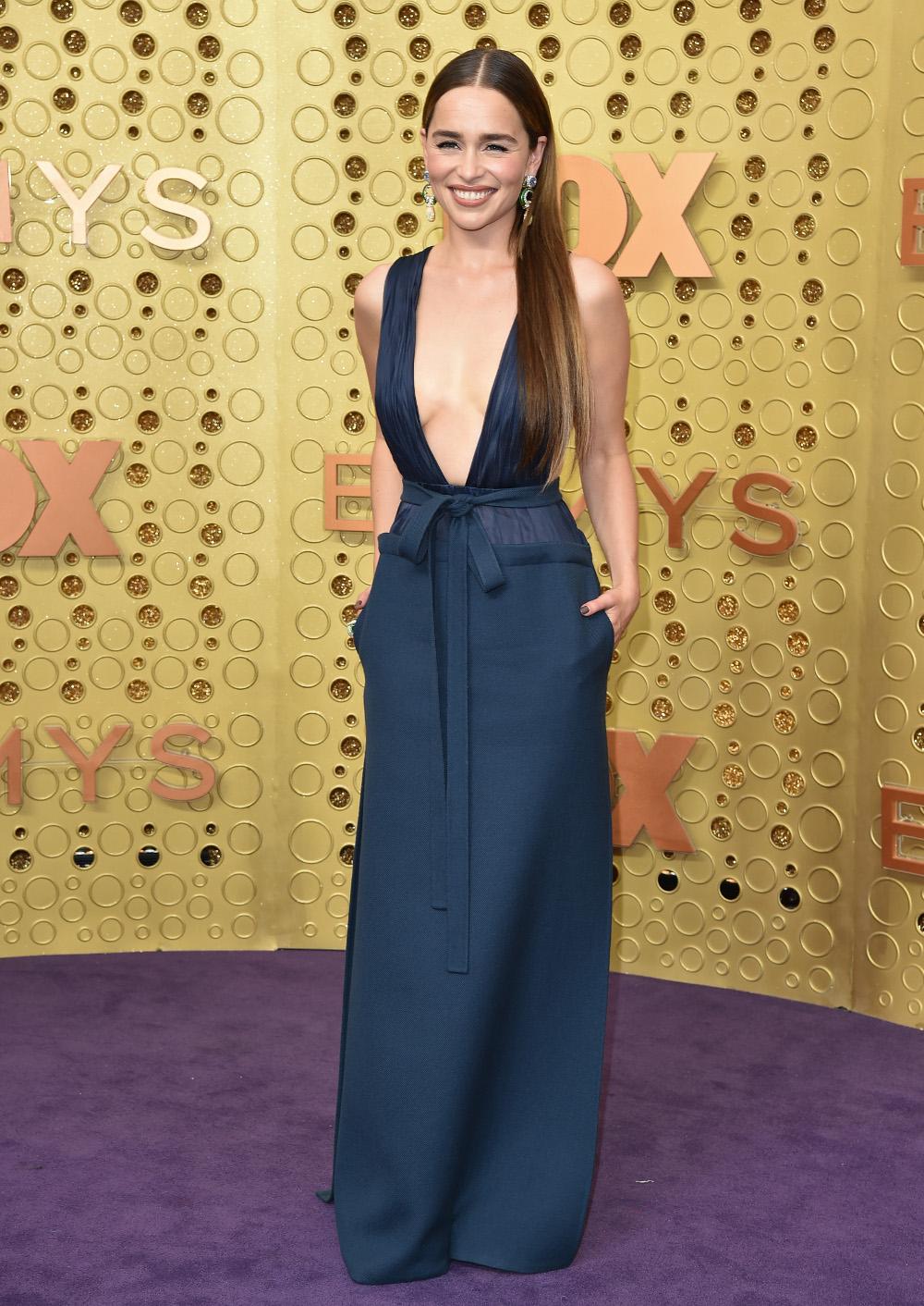 Η Εμίλια Κλαρκ με μπλε σκούρο φόρεμα που μόλις και μετά βίας κάλυπτε το στήθος της