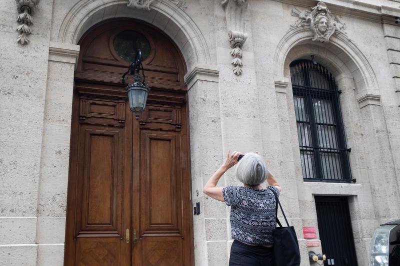 Περαστική φωτογραφίζει την είσοδο της έπαυλης του Τζέφρι Έπσταϊν στο Μανχάταν.